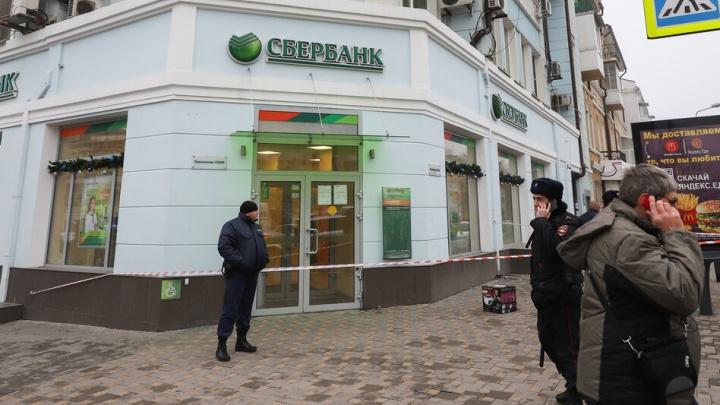 В центре Ростова из-за подозрительной коробки эвакуировали Сбербанк