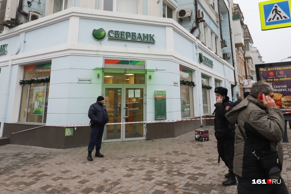Людей не впускают в здание банка
