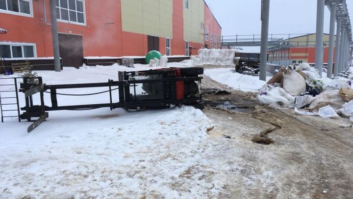 В Тюменской области рабочего насмерть придавило упавшим погрузчиком