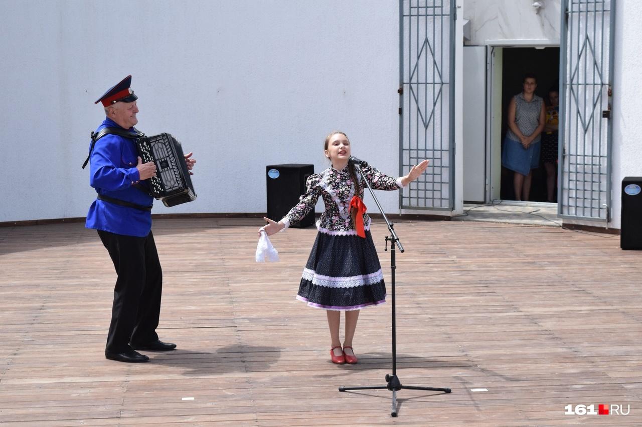 На этой сцене тоже выступали только детские коллективы
