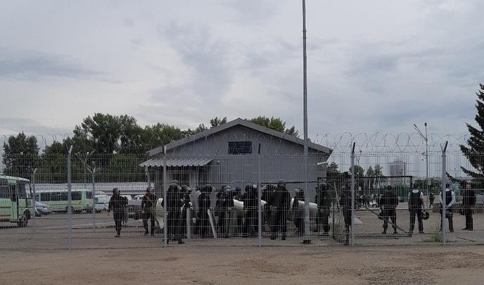 Полицейские в касках и со щитами провели учения в центре Красноярска. Рассеивали толпу