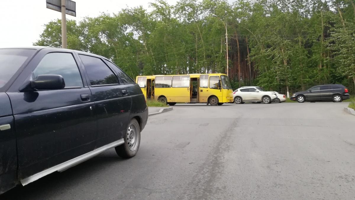 На ВИЗе водитель Lada вовремя не перестроился и при повороте врезался в маршрутку с людьми