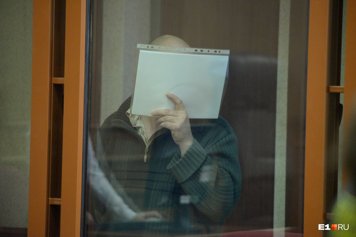 Во время суда по делу об убийстве молодой мамы в Верхней Пышме Фалькин закрывал свое лицо