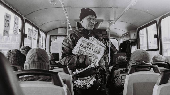«Наверное, не от хорошей жизни торгует»: омичи — о продавце газет, которого выгнали из автобуса