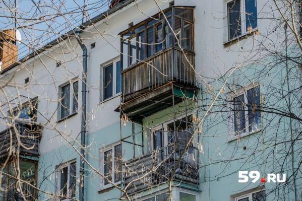 2 апреля с крыши дома на Маршала Рыбалко, 111 упала ледяная глыба на коляску с девятимесячной девочкой
