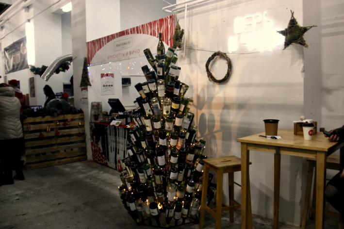 Новогодняя ёлочка из бутылок от бара «Жан Хуан Лу»