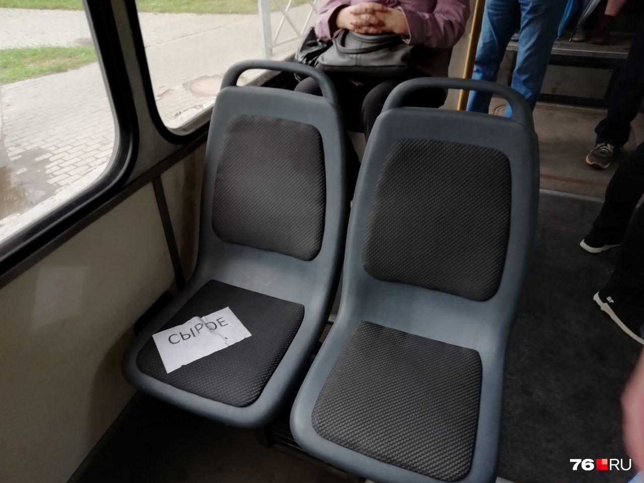 В некоторых автобусах и троллейбусах уже используют модель листа бумажного для слабовидящих