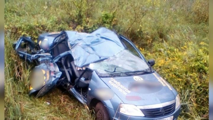 Машину расплющило: в Ярославском районе таксист улетел в кювет