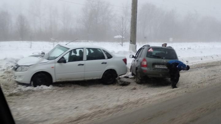 Пострадал ребенок: в Тольятти Lada Granta вынесло с дороги навстречу Lada Kalina