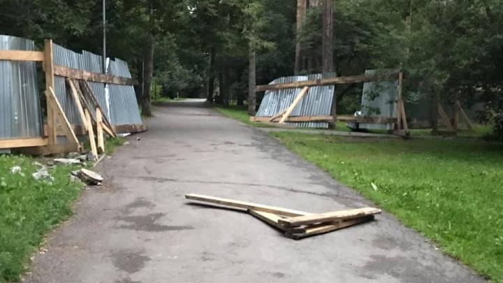 «Ну не любит наш народ заборы»: строительное ограждение в Зеленой Роще сломали