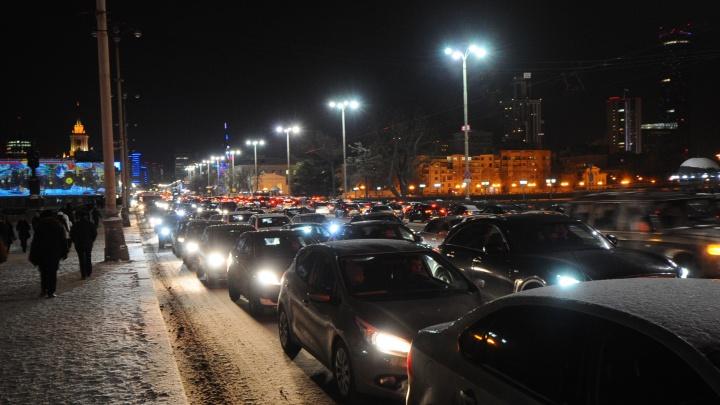Снег прекратился, а пробки остались: вечером Екатеринбург встал в 9-балльных заторах