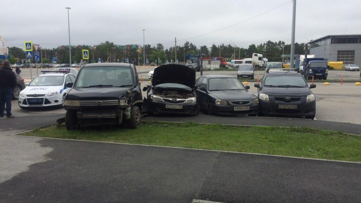 В ДТП на Беляева пострадали две девочки: их отец на иномарке протаранил припаркованные машины