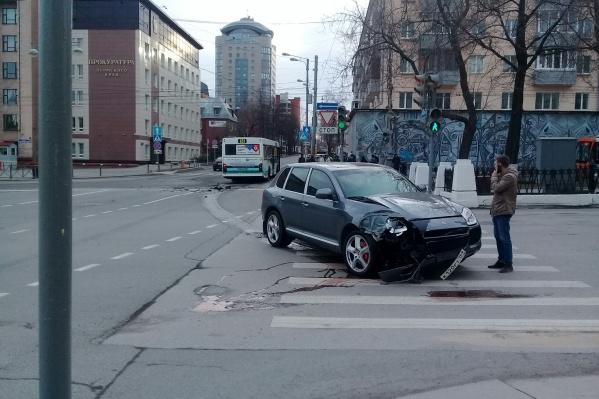 К счастью, авария произошла рано утром, когда дороги были почти пусты