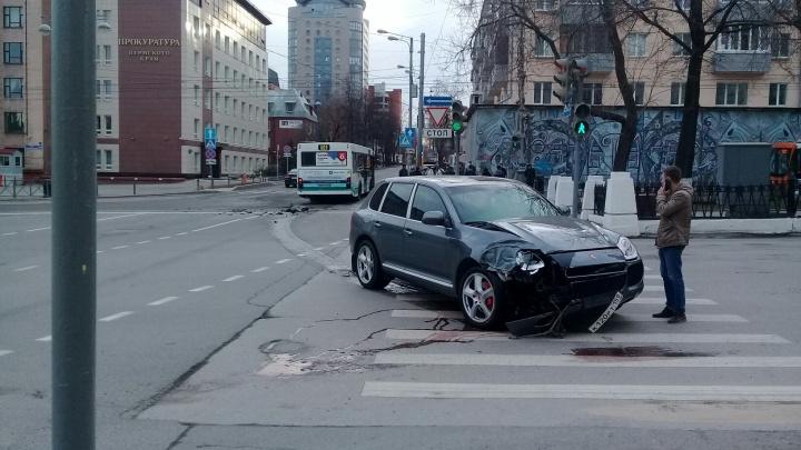 В центре Перми Porsche Cayenne врезался в автобус. Видео