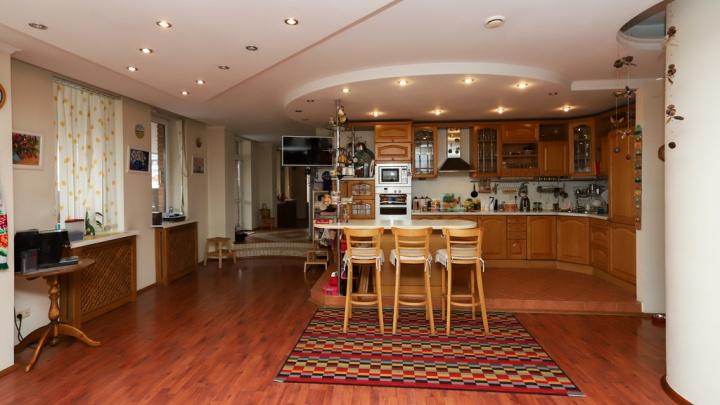 В центре Омска продают элитную квартиру, в которой площадь кухни превышает 50 квадратов