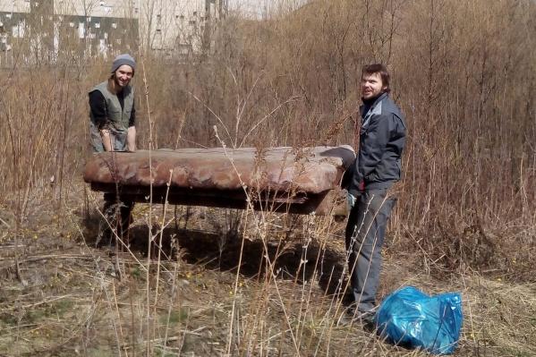 Среди мусора активисты нашли старый диван — несколько лет назад из-за такой находки пострадали соседние дома
