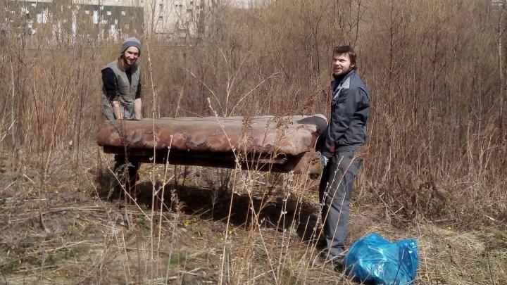 Телевизор, диван и пластинка: активисты собрали 50 мешков мусора у речки в центре Новосибирска