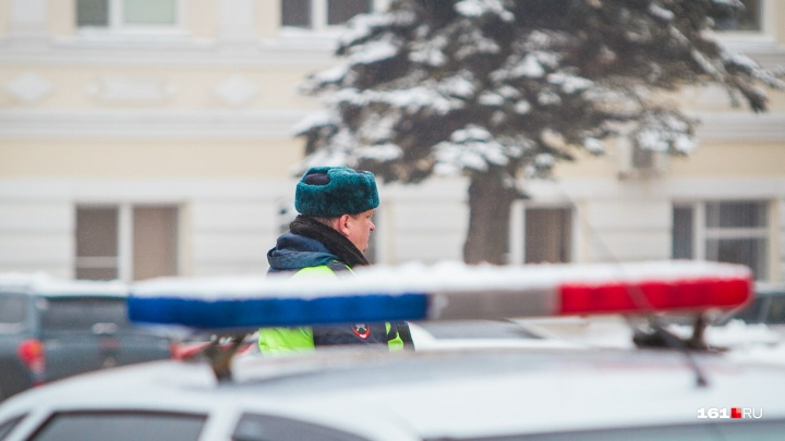 Пошел на таран: под Ростовом из-за гололеда грузовик снес отбойник