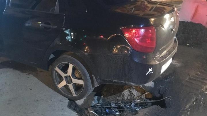 «Припарковались на пять минут»: на Декабристов асфальт обвалился под колёсами машины