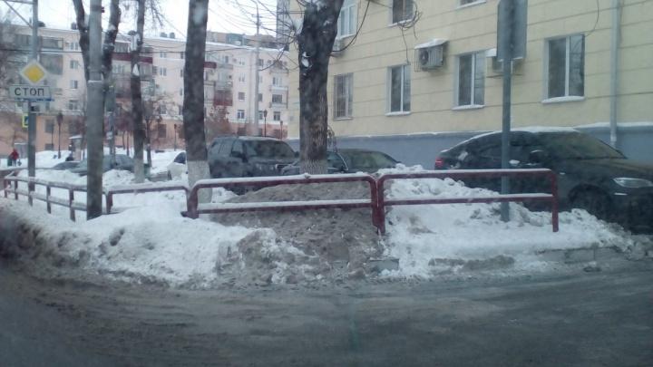 ГИБДД оштрафует водителя «Гелендвагена» и других любителей парковки на тротуаре у чайханы Omni