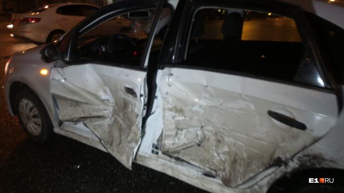 Volkswagen получил сильный удар сбоку