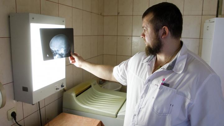 Четырехлетнему малышу на голову упал шкаф: ребенка спасают в больнице Волгограда