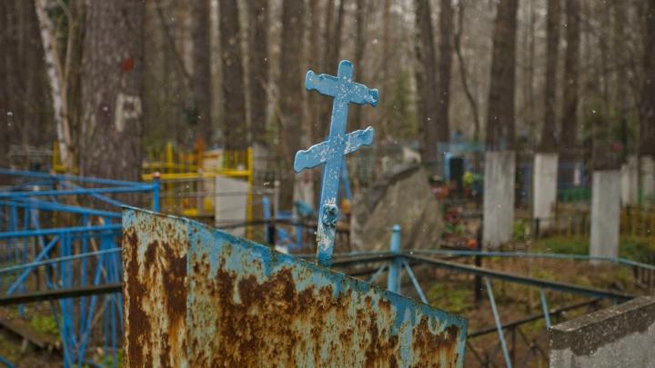 На Заельцовском кладбище усилили охрану из-за массовой кражи оград