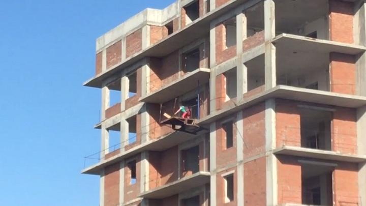 Видео: детиустроили игры на 16-м этаже высотки в Кировском районе