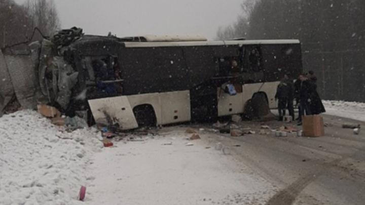 В Кемеровской области грузовик врезался в автобус с пассажирами