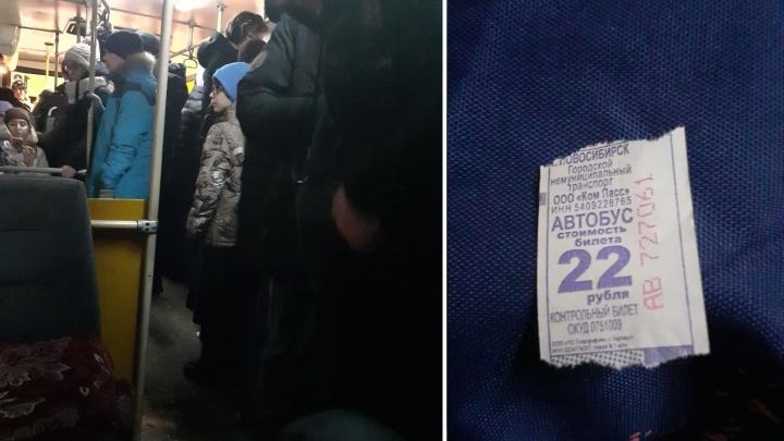 Плохо подготовились: в новосибирском автобусе выдают билеты со старой ценой за проезд