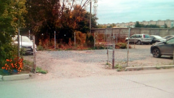 Забор убрали, парковка осталась: на улице Дианова чиновники попытались избавиться от стоянки