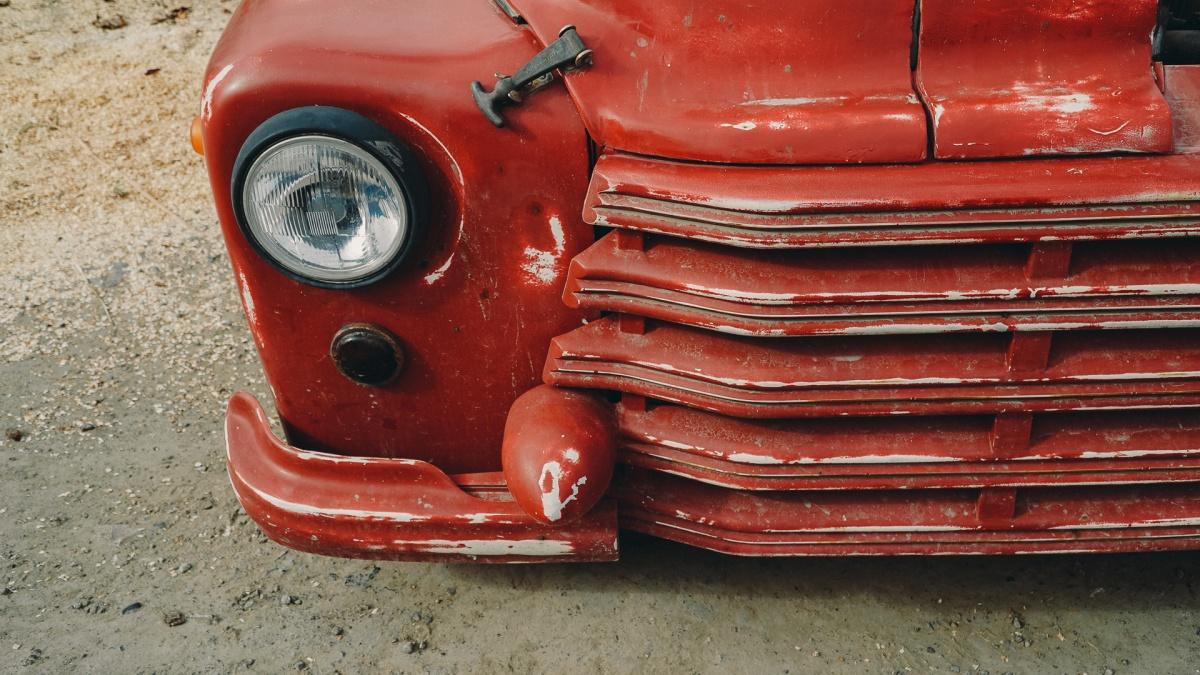 Владелец машины очень любит хот-род стиль. Поэтому мелкие царапинки и вмятинки не особо волнуют владельца машины. Чем больше пикап похож на колхозную машину, тем лучше