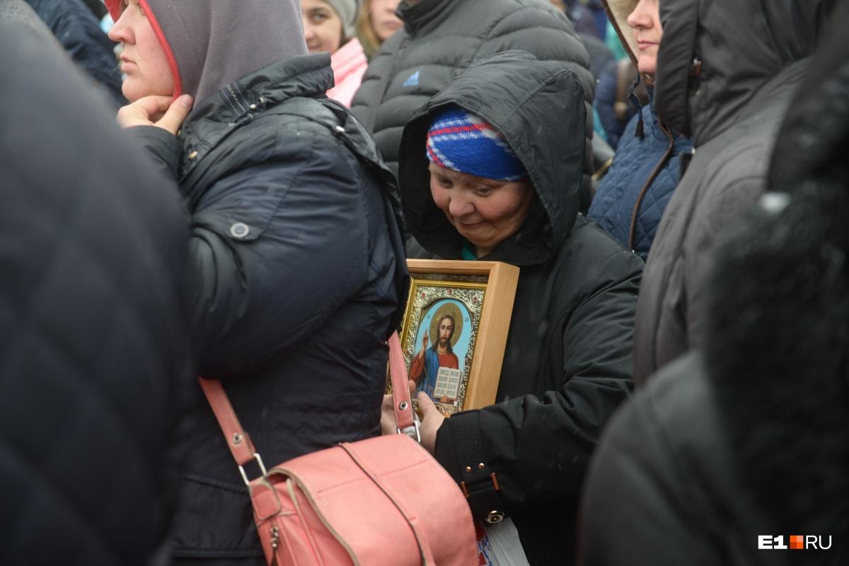 Верующие прошли до пощади у Драмтеатра