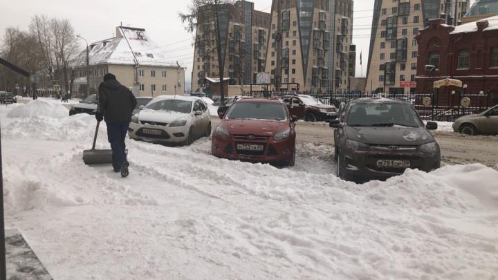 «Зима нагрянула нежданно»: жители Архангельска жалуются на не убранный с дорог снег
