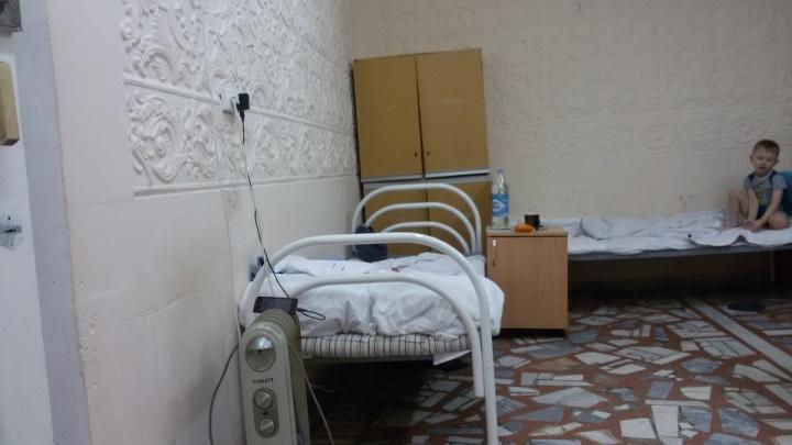 «Спят под тремя одеялами»: детское отделение челябинской больницы оставили без отопления