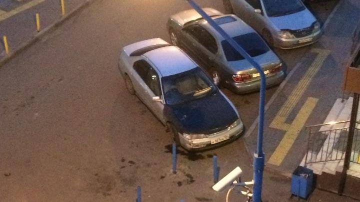 С балкона на «Белых Росах» скинули банку огурцов и помяли капот авто на парковке