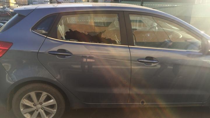 «Сработала сигналка, вызвала полицию»: в челябинском микрорайоне разбили больше десятка машин