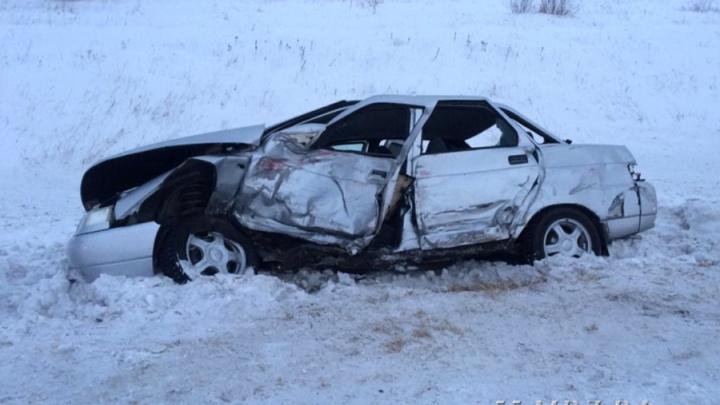 Водитель смятого ВАЗа погиб на трассе в Омской области