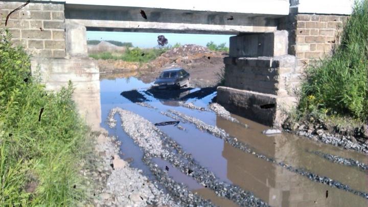 На дороге в посёлок Рудный машины увязли в гигантской луже