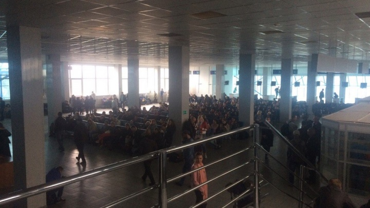 Аэропорт «Красноярск» эвакуировали по пожарной тревоге из-за запаха дыма