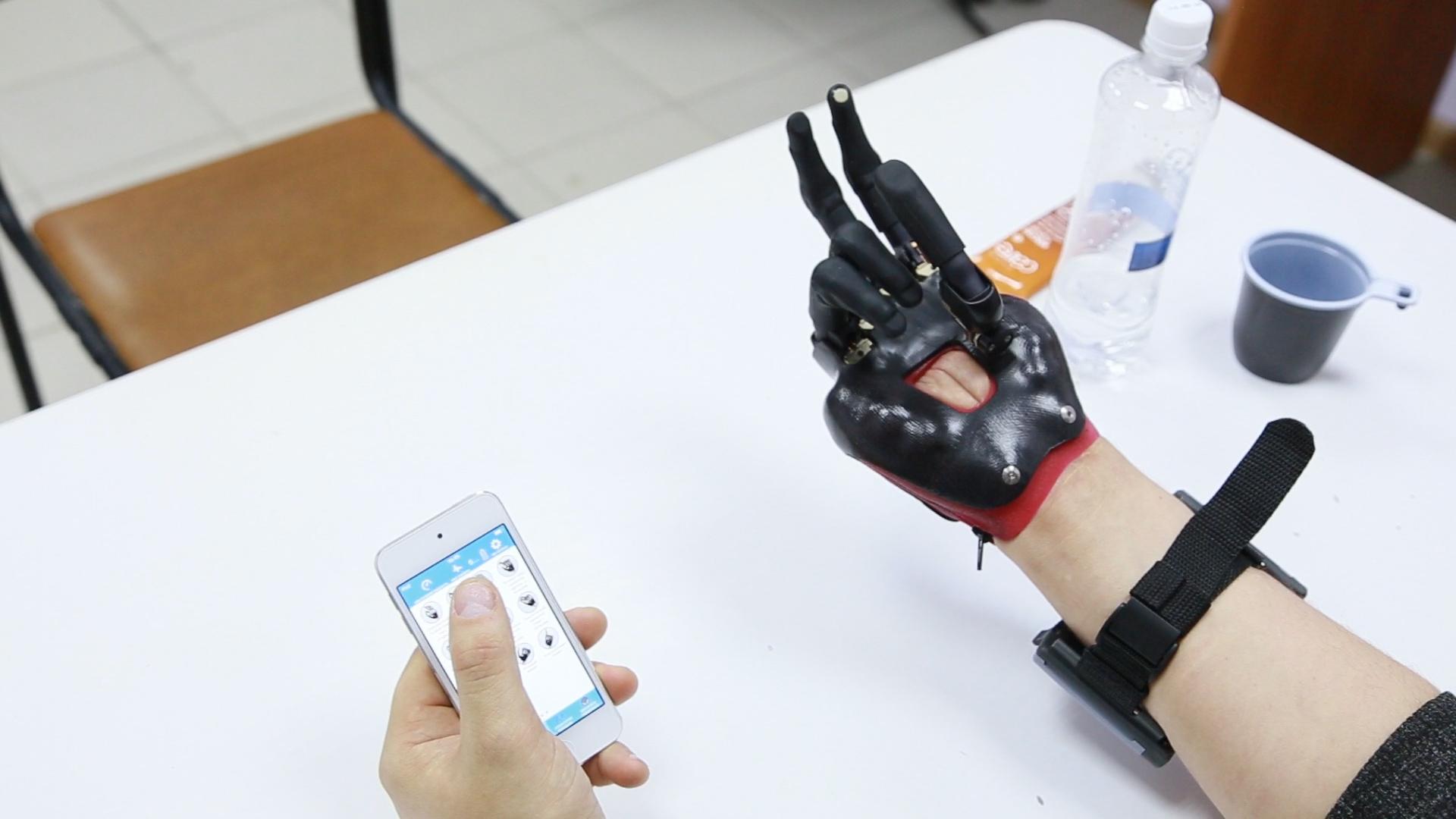 Такой киберпротез позволяет восстановить функции живой руки на 90 процентов