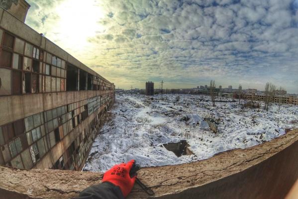 Большая часть территории завода представляет собой пустырь