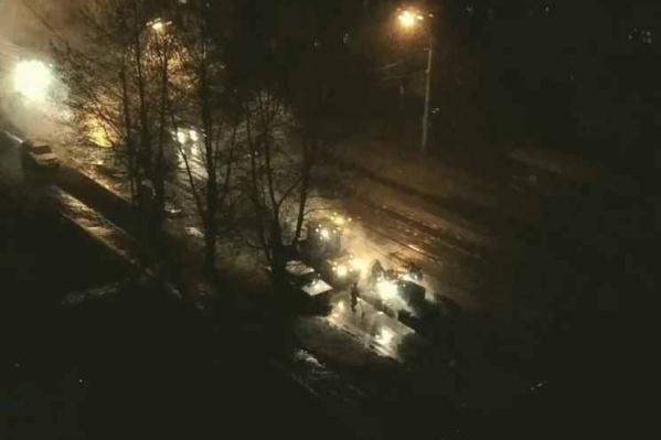 Ночная укладка асфальта на ул. Учительской. Кадр видео