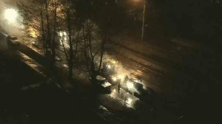 Дорожники закатали ямы асфальтом поверх выпавшего снега