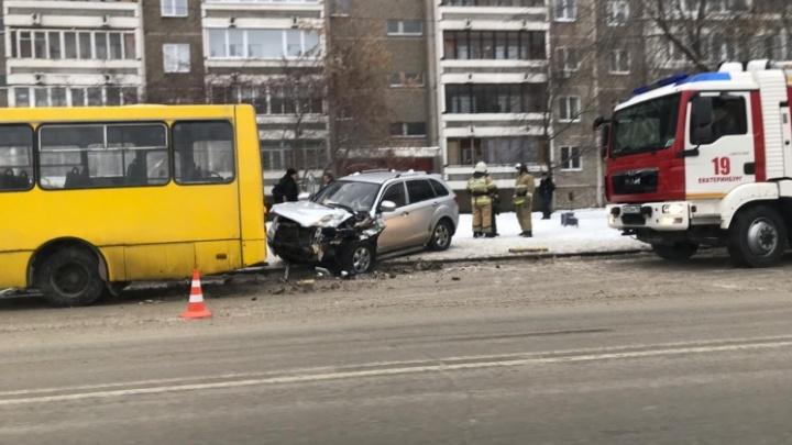 Появилось видео ДТП на Эльмаше, где пьяный водитель протаранил маршрутку на остановке