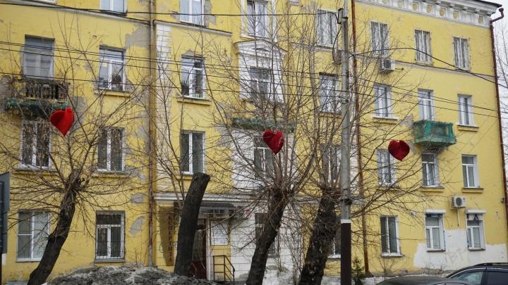 На деревья в тихом центре повесили алые сердца