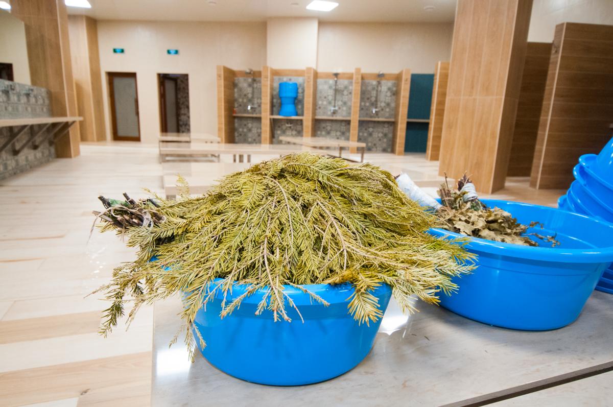 В «Андреевских банях» представлено многообразие веников: дубовые, березовые, пихтовые замороженные, дубовые с травами, эвкалиптовые…