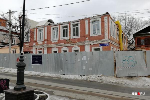 У здания полностью разобрали крышу