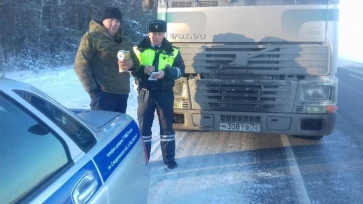 Дэпээсники помогли тюменскому дальнобойщику, который чуть не замерз на трассе, доехать домой