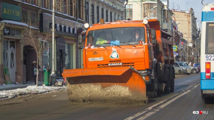 «Вся грязь с обочины под колёса»: самарские водители пожаловались на «неправильную» уборку дорог